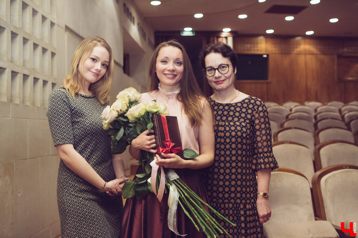 Анна Лузгина с поклонниками