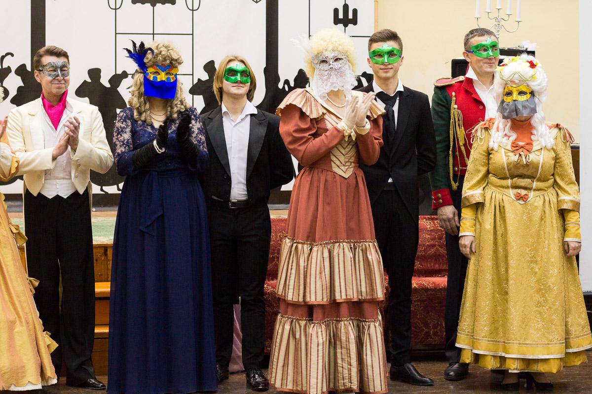 """Почти 20 лет в гимназии № 23 проводят грандиозный Пушкинский бал для учеников 9-х классов. Журналист """"Ключ-Медиа"""" узнала, где участники берут костюмы и чему учатся для участия в вечере"""