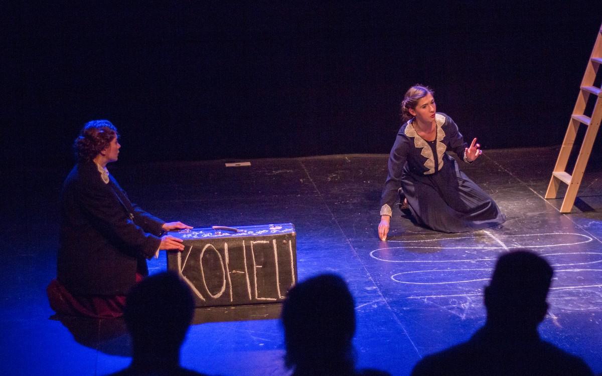 Две владимирские актрисы сами поставили поэтический спектакль-диптих. Для своего дебюта они выбрали поэмы и письма Цветаевой