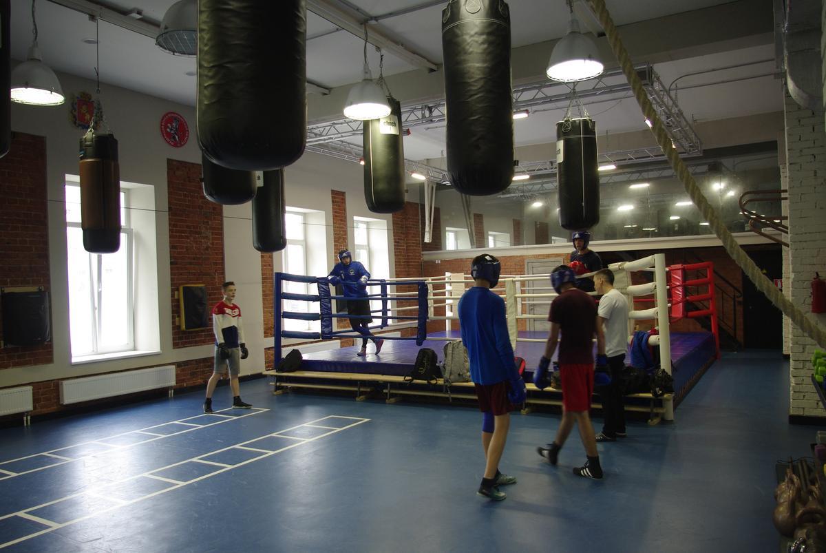 Немецкие боксеры Даниэль Кроттер и Андреас Егер готовятся к чемпионату Германии по боксу во владимирском спортзале